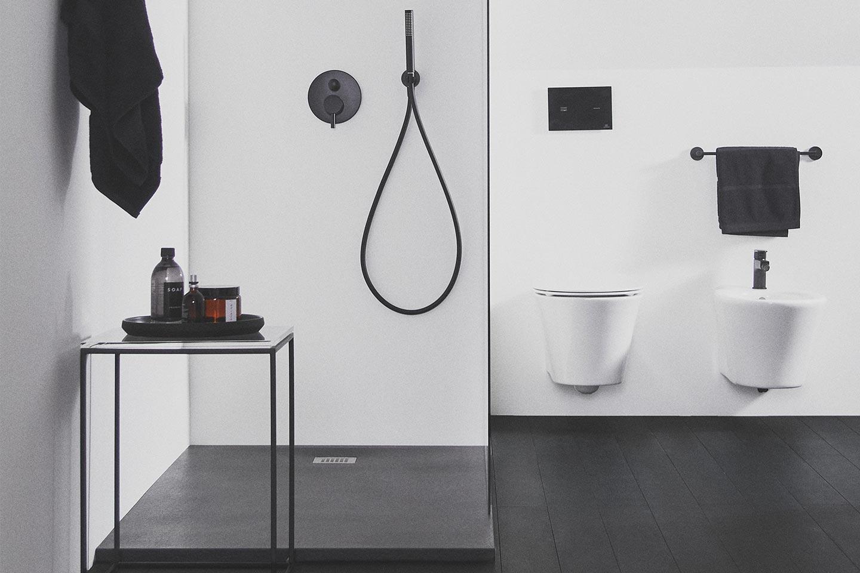 bagno bianco e nero minimal