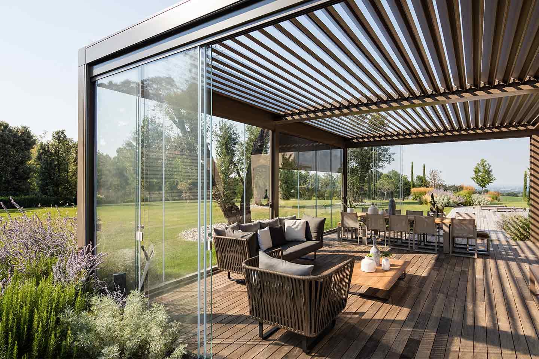 veranda con vetrate scorrevoli in giardino