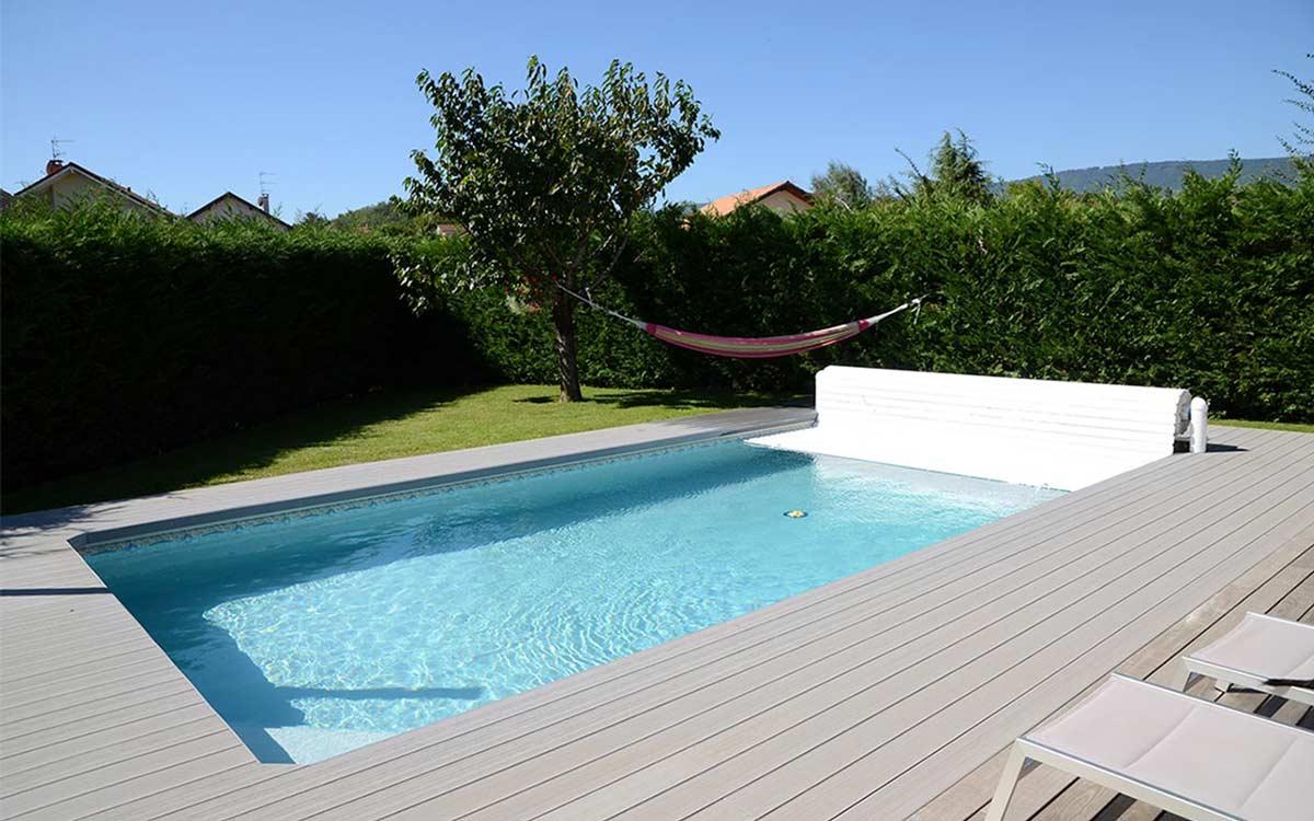 piscina con copertura a tapparella fuoriterra bianca